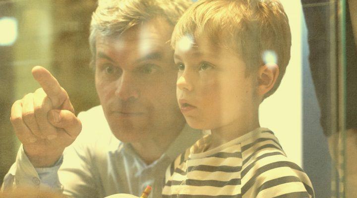 Far og sønn på museum