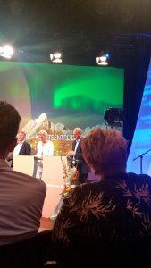 Kulturminister Trine Skei Grande lytter til debatten om regionreformen, mens Petter Snare, KODE holder sitt innlegg.