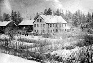 Vinterbilde fra Gjøvik gård, kanskje rundt 1880? Duehuset ses midt på tunet. Foto fra Mjøsmuseets fotoarkiv.