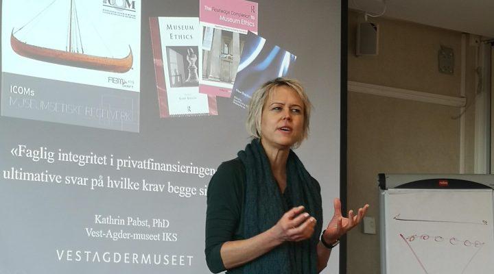 Bilde av museumsetiker Kathrin Pabst som foreleser med engasjement.