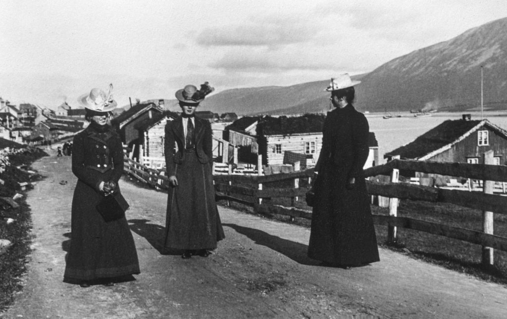 Sara Fabricius (i midten) med to venninner i Tromsø rundt forrige århundreskifte.