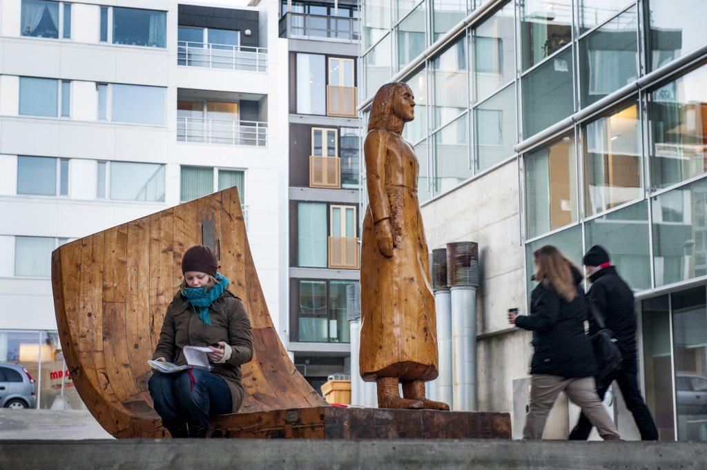 Alberte-monumentet står ved Tromsø bibliotek og byarkiv, og er laget av kunstneren Gunn Harbitz. Kvinne sitter ved monumentet og leser.