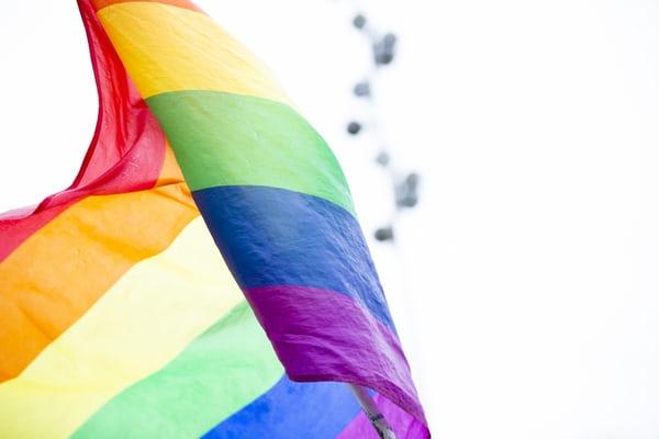 Nærbilde av PRIDE-flagget.