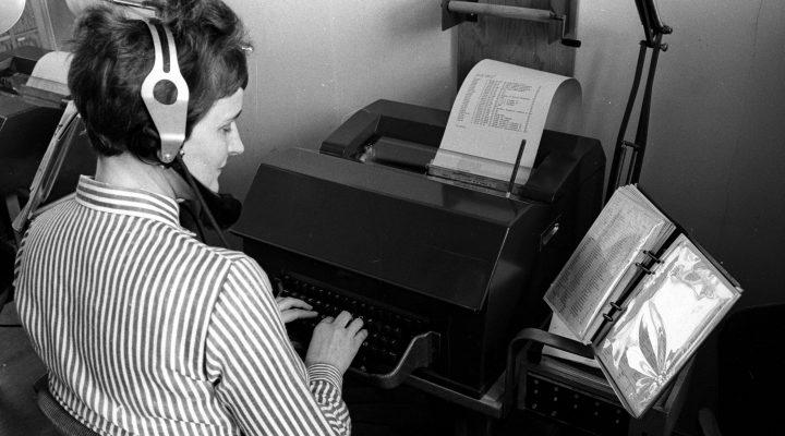 Kvinne jobber med Godsvagnrangering med datamaskin. Bildet er fra 1964.